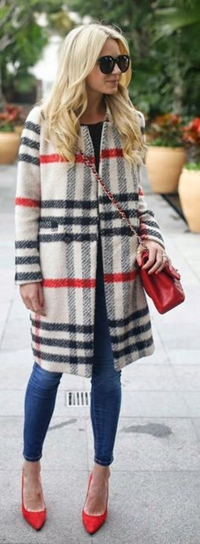 С чем стильно носить красную сумк