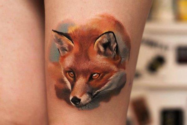 Обозначение черной тату лисы с цветами