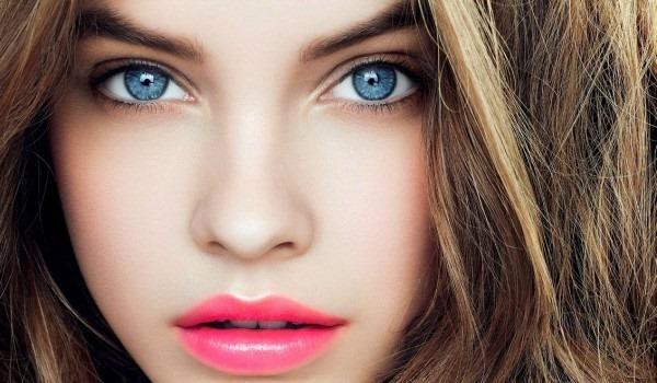 Красные волосы с голубыми глазами