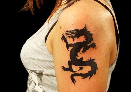 Татуировки на плече для девушек: маленькие, круглые, надписи, узоры, птицы, животные, насекомые. Значения и фото лучших тату