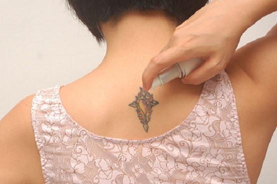Татуировки на шее сзади у девушек - красивые иероглифы, индийский рисунок, надписи с переводом со смыслом жизни. Эскизы, фото и значение