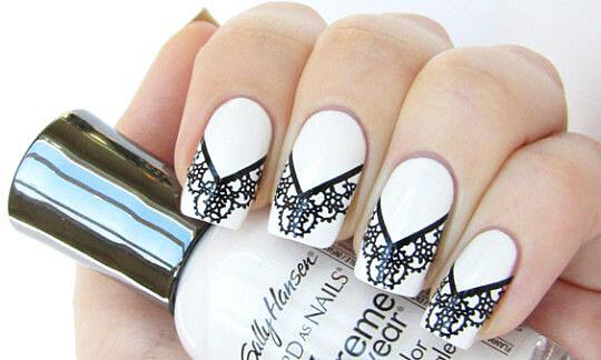 Белый маникюр на короткие ногти. Новинки и модные дизайны с золотом, стразами, рисунком, градиентом, лентами, бульонками
