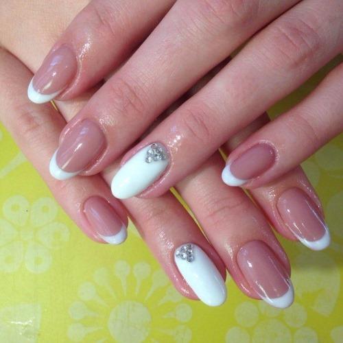 Френч на ногтях миндалевидной формы. Модные дизайны со стразами, блестками, лунками, втиркой, нежным рисунком. Фото
