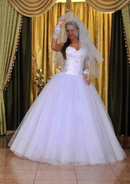 plate-s-korsetom-i-pyshnoy-yubkoy-17 Короткое платье с пышной юбкой (53 фото): свадебное, на выпускной, белое, черное или розовое