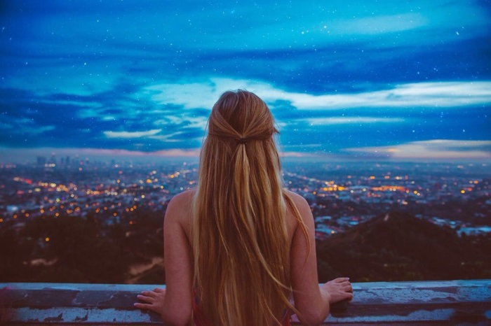 Фото блондинок со спины со средними и длинными волосами. Картинки девушек на аву. Топ лучших