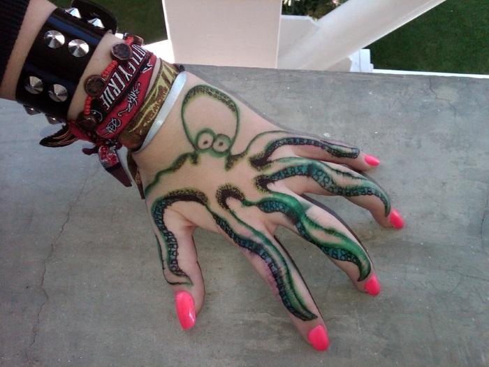 Тату на пальцах для девушек. Надписи, эскизы и их значение маленьких татуировок