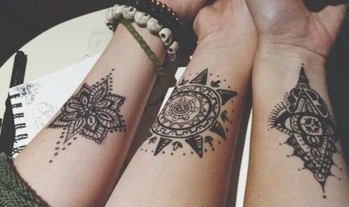 Татуировки для девушек на запястье. Маленькие, красивые узоры. Эскизы. Фото и значение