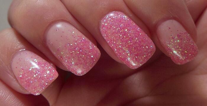 Маникюр с розовыми блестками и гель-лаком. Фото на длинные ногти, кончики
