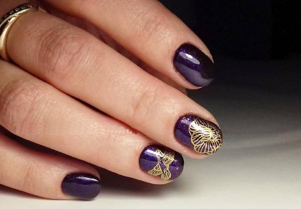 Дизайн ногтей фиолетового цвета. Фото с рисунком, стразами, блестками, втиркой