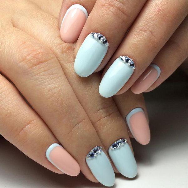 Маникюр в пастельных тонах на короткие ногти с лепкой, френч гель-лаком. Фото, дизайны
