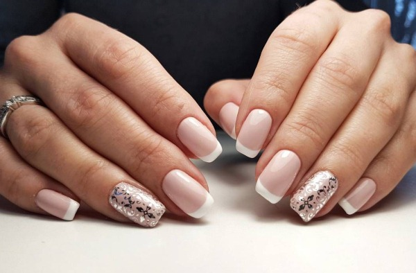 Дизайны ногтей в светлых тонах и оттенках. Фото со стразами, втиркой, растяжкой, рисунком, блестками