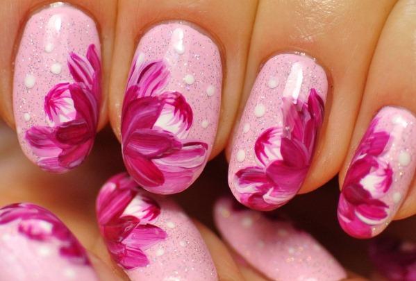 Дизайн ногтей в розовом цвете со стразами, блестками, втиркой, бульонками, вензелями, рисунком, надписями, серебром