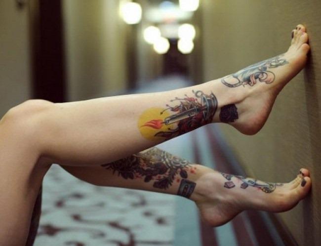 Татуировки для девушек на ноге. Фото красивые узоры, маленькие надписи, значение