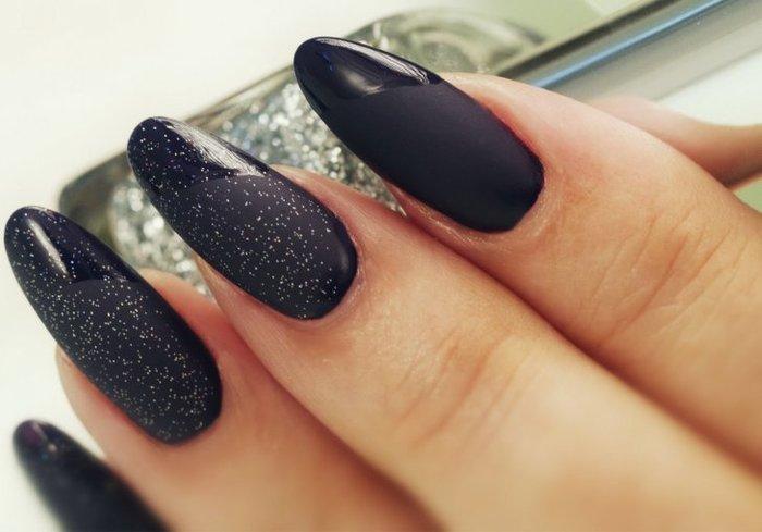 Черные матовые ногти. Дизайны с золотом, блестками, стразами. Идеи на длинные, короткие ногти