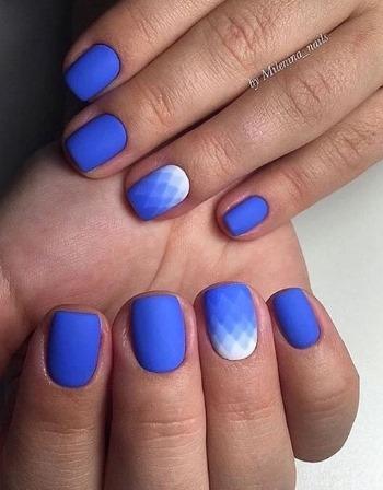 Дизайн ногтей синий с белым гель-лаком. Фото френч, со стразами, серебром