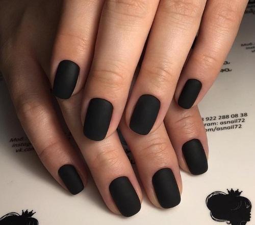 Черный матовый маникюр с дизайном на длинные и короткие ногти. Фото