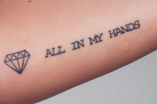 Тату надписи на руке у девушек. Фото, эскизы на латыни с переводом, смыслом