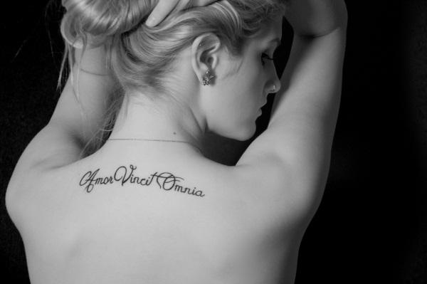 Татуировки на спине для девушек. Фото, эскизы, надписи с переводом, крылья