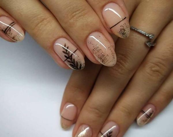 Прозрачный маникюр с блестками на короткие, длинные ногти, кончиках. Фото
