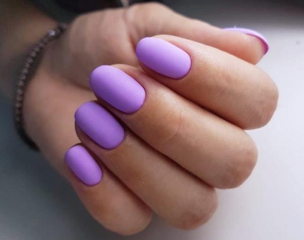 Сиреневый маникюр с дизайном гель-лаком на короткие, длинные ногти