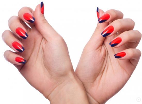 Сочетание красного и синего цвета. Фото в одежде, маникюре