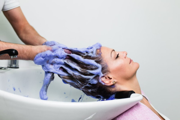 Зеленые волосы у девушек после осветления, хны, бассейна, басмы. Фото, как исправить