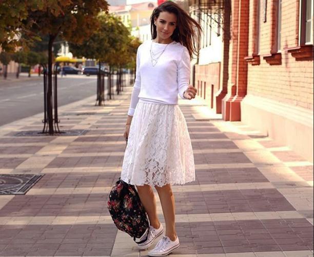 Белые кеды с платьем, юбкой, колготками. Фото, с чем носить