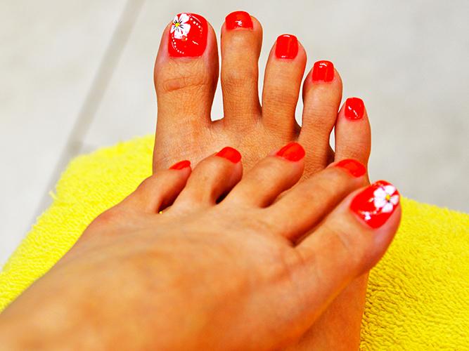 Красный педикюр на ногах. Фото с дизайном, стразами, рисунком, втиркой