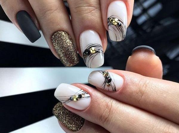 Маникюр паутинка со стразами на короткие ногти. Фото