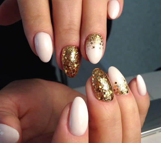 Маникюр на миндалевидные ногти с блестками. Фото