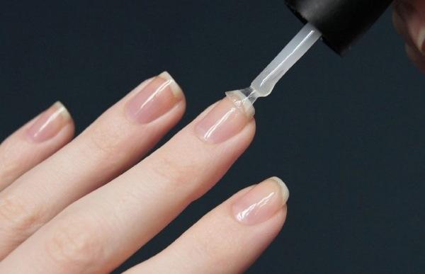 Сначала топ или база наносится на ногти?